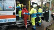 Operatori della Misericordia Segrate assistono una paziente